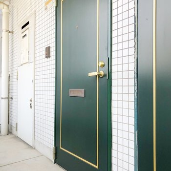 レトロな扉が落ち着いた雰囲気を演出。