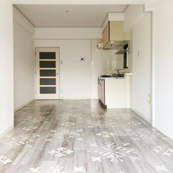 キッチンの隣に冷蔵庫を置くと便利ですよ。