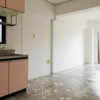 白い壁にピンクのキッチンがマッチしています◎