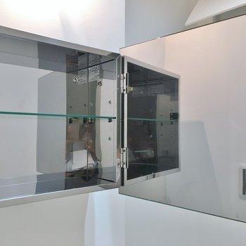 鏡裏もちょっとした収納に◎。※写真は同タイプの別部屋のもの