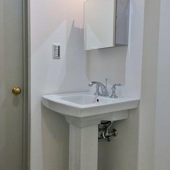 スタイリッシュな洗面台。※写真は同タイプの別部屋のもの