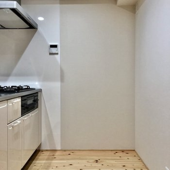 キッチンは広々と。後ろに冷蔵庫や棚置けます。