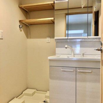 水回りもナチュラル×シンプルに。上棚には洗剤など置いてね。