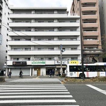 バス停が目の前のこちらです。雨の日も安心だ。