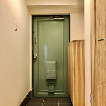 モスグリーンの扉。好きな色!落ち着く空間です。