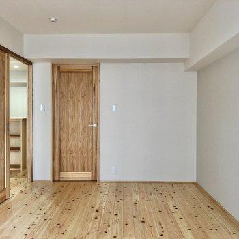 扉は確かにそのままの「木」を感じます。淡いグレークロスが素敵。