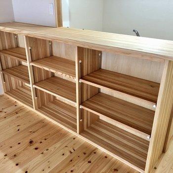 そうそうこれが好き!カウンターの棚。食器並べたり、カゴ収納なんかもいいな。