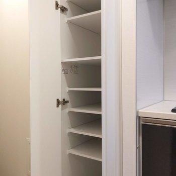 キッチン横にもシェルフが。食器なども片づけられますね。