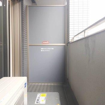 バルコニーはややコンパクト。洗濯物を干すスタンドを置けるスペースはございます!