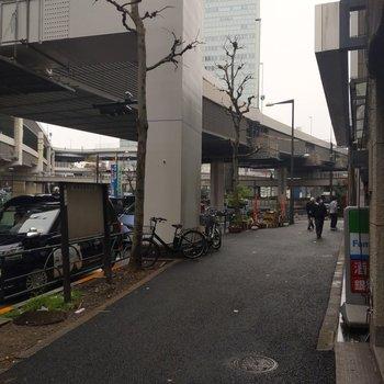 大きな通りに面しているので建物の周りにはコンビニやごはんやさんがずらり。