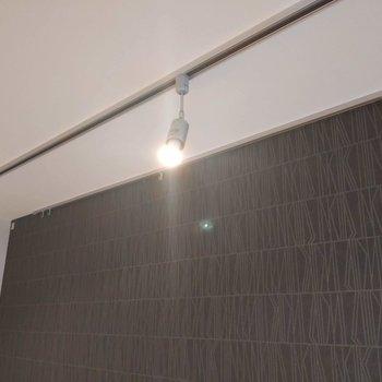 ピクチャーレールとダウンライトを使って自分だけの特別な空間づくりができますよ。