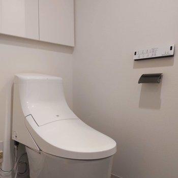 温水洗浄便座です。トイレ上のシェルフが気が利いてます…