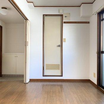 壁側からみた景色。あの扉を入ると、サニタリールーム。隣には長押が付いています◎