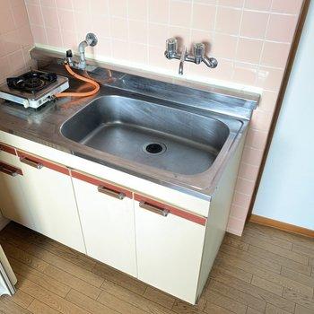 キッチンはコンパクト!お隣には冷蔵庫を置きましょう〜!