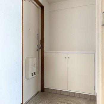 玄関はゆとりあり。靴箱付きです◎