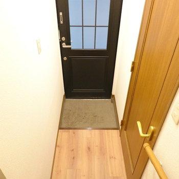 1階の玄関。備え付きの靴箱はありませんのでご注意を。