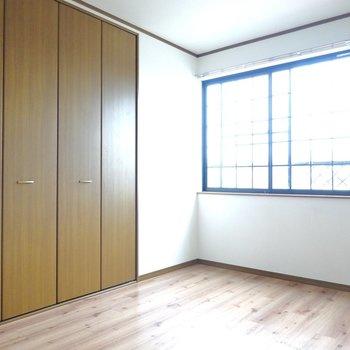 こちらは西側の洋室。広さは同じ6帖。