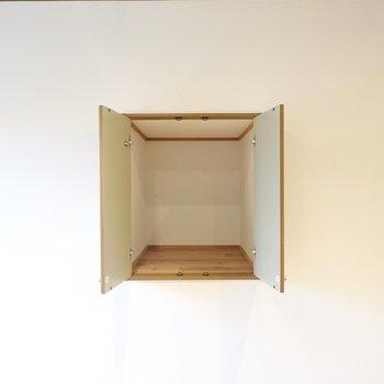 小窓をパカッと開いたような収納付き。