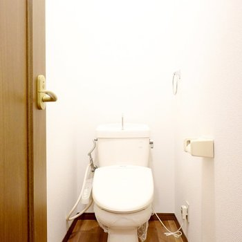 出て正面にはウォシュレット付きのトイレ。