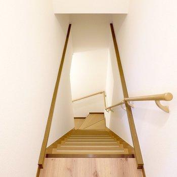 脱衣所は階段を降りた先の1階に。