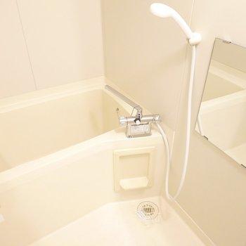 左にはシンプルなお風呂。