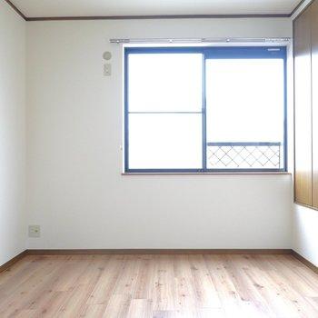 こちらは東側の洋室。広さは6帖です。