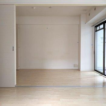 お隣の洋室とは引き戸で仕切れます。(※写真は3階の同間取り別部屋、清掃前のものです)