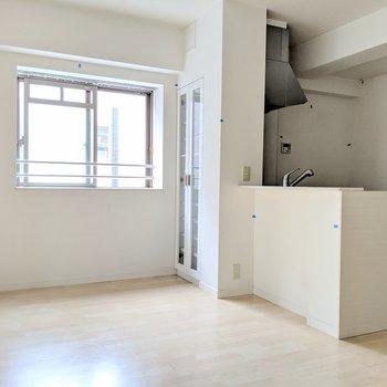 テレビを見ながら家事できるねっ(※写真は3階の同間取り別部屋、清掃前のものです)