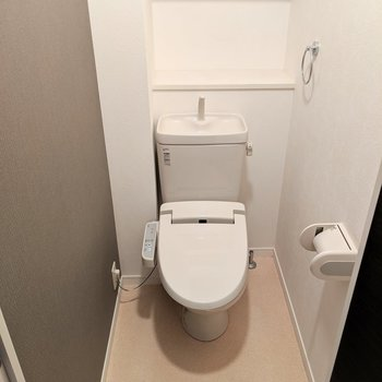 トイレもウォシュレット付き!(※写真は3階の同間取り別部屋、清掃前のものです)