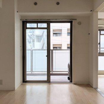 こちら側に掃出し窓+バルコニー(※写真は3階の同間取り別部屋、清掃前のものです)
