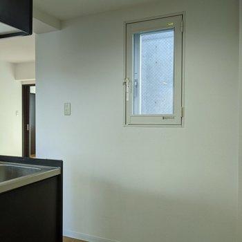 【キッチン】小窓があるので換気がすぐにできます〜。