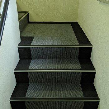 階段は2人が通れる幅で、屋内にあります。
