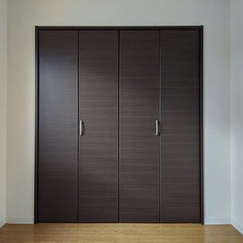 【4.5帖洋室】こちらのお部屋にもクローゼットが有ります。