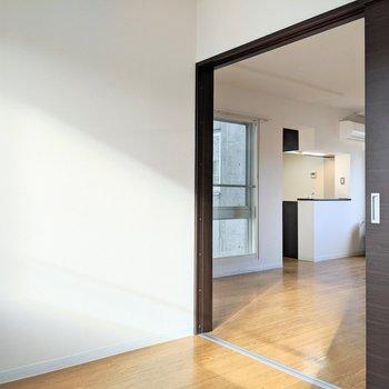【4帖洋室】扉を開けると開放感がありますよ〜。