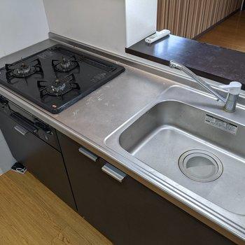 【キッチン】3口コンロのシステムキッチンなので便利◎