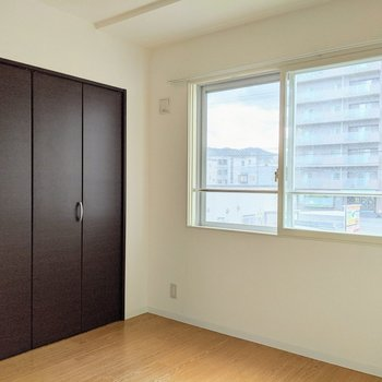 【4帖洋室】窓は東向きで、午後に光が差し込みます。