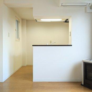 【リビング】キッチンは開放的な形をしています。