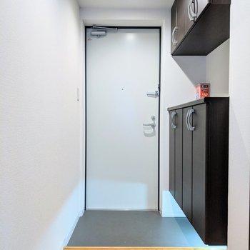 足元のライト付き。きれいめな玄関です。