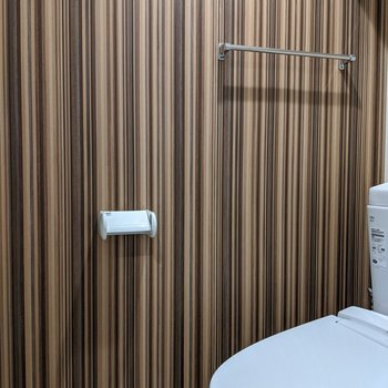 トイレもアーティスティックなストライプ柄です。