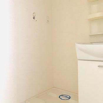 そのお隣には洗濯機(※写真は4階の反転間取り別部屋のものです)
