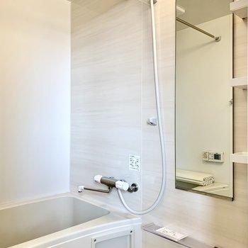 浴室乾燥機付です。シャンプーなどが置ける棚付き。