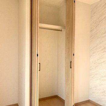 【洋室】ハンガーポールに丈の長い服がかけらます。