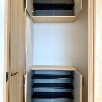 シューズボックスは上下に。間に鍵置き場が作れますね。