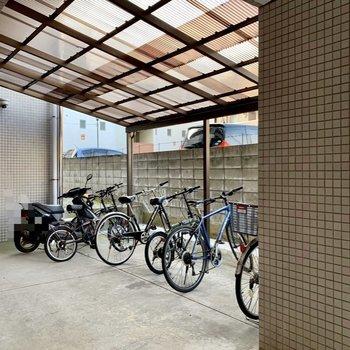 駐輪場は屋根付き。汚れにくくなりますね。