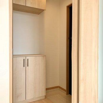 玄関はちょっと狭めになっています。