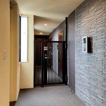 エレベーターで4階まで上がるとオートロックがあります。