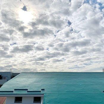 眺望はお向かいさんの屋根と空。