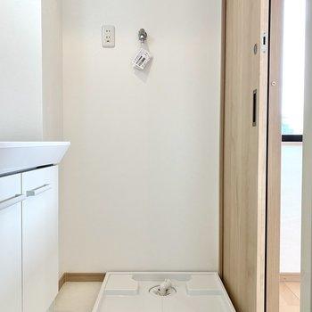 洗濯機置き場は扉のすぐ側。