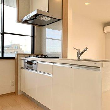 【LDK】キッチン側には大きな窓が。換気もしやすいですね。