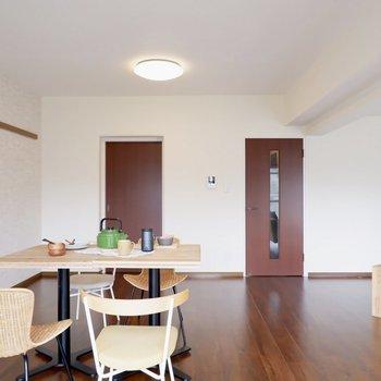 【LDK】左のドアはキッチンに直通しています※写真は1階の同間取り別部屋のものです